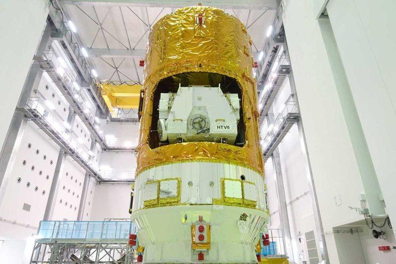 Japón lanza un recolector de basura espacial para limpiar de escombros la órbita de la Tierra